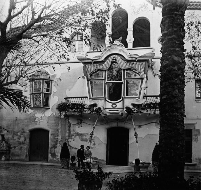 Registre: 41 (AMSJD). Façana principal de Can Negre amb Engràcia Balet i Manuel Cortés Pibernat. Any: 1928