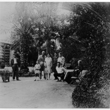 Registre: 33 (AMSJD). Jardí de Can Negre amb la família. Any: 1936