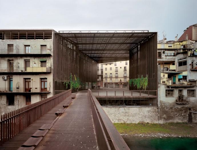 Espai públic Teatre La Lira. RCR Arquitectes. © Hisao Suzuki