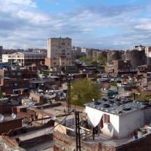 Urbanització de Diyarbakir; gecekondu (assentament de barraques) cap a la muralla de la ciutat.
